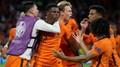 Obránce Dumfries (Nizozemsko) se raduje z gólu
