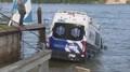 Žena ujížděla sanitkou 160 kilometrů, pak vjela po rampě do zátoky