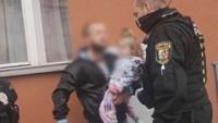 Těžce opilý otec padal do vozovky, v náruči měl svou vyděšenou tříletou dceru