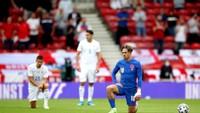 Pokleknutí před zápasem Anglie - Rumunsko