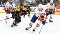 David Pastrňák marně stíhá hráče Islanders
