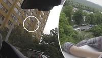 Žena visela z okna
