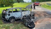 Smrtelná nehoda auta a motorky u Velkých Popovic