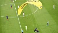 Zápas Francie - Německo narušil aktivista s padákem