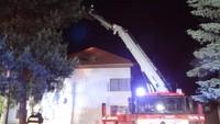 Oheň se rozhořel v zadní části střechy, hasiči museli celý rozlehlý bytový dům evakuovat