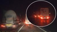 Šílený řidič kamionu předvedl nebezpečné předjíždění
