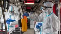 Odběr vzorků koronaviru v pražské MHD