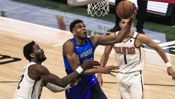 Giannis Antetokounmpo smečuje proti Phoenixu Suns