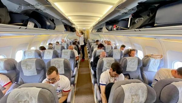 Cestující do Tokia v letadle bez roušek