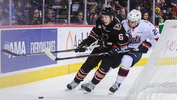 Luke Prokop (v černém), který se stal první hráčem pod smlouvu v NHL, jenž přiznal homosexualitu