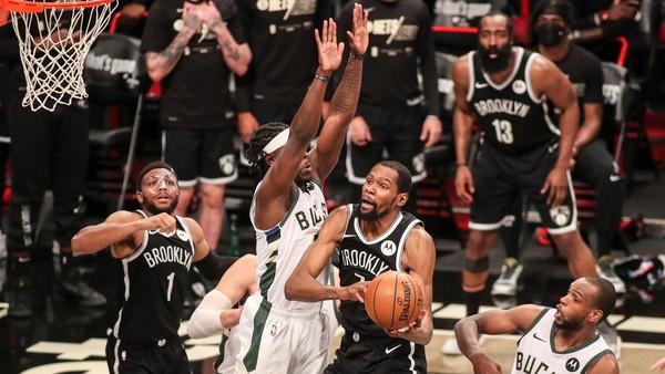 Kevin Durant útočí na koš Milwaukee