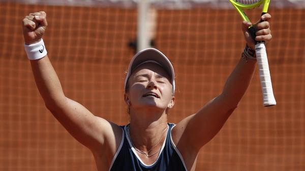 Barbora Krejčíková slaví vítězství nad Sloane Stephensovou