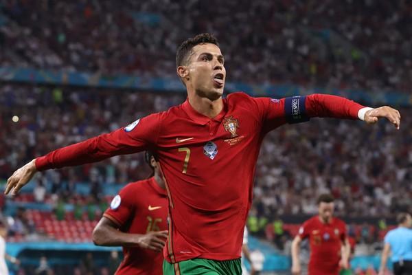 Ronaldo vyrovnal historický rekord, Portugalci i další favorité postupují