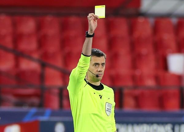 Clément Turpin uděluje žlutou kartu