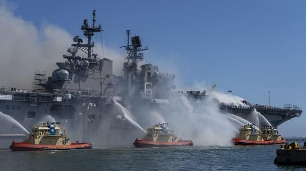 Z podpálení americké válečné lodi obvinili jednoho z námořníků