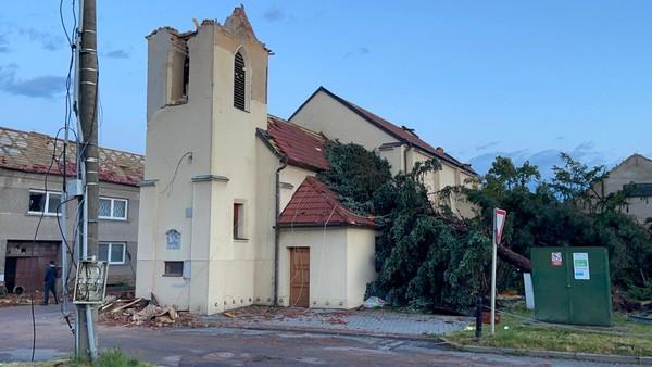 Poničený kostel v obci Hrušky