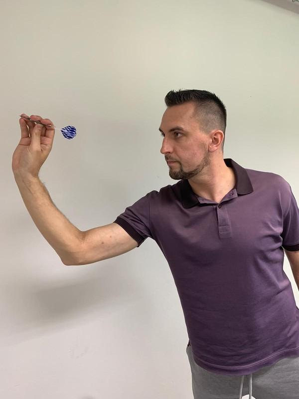 Moderátor TV Nova Petr Plintovič hraje šipky