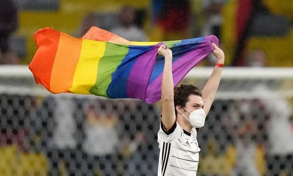 Rozhodnutí UEFA se neobešlo bez dohrávky. Na hřiště vběhl aktivista