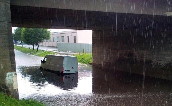 Dodávka pod viaduktem