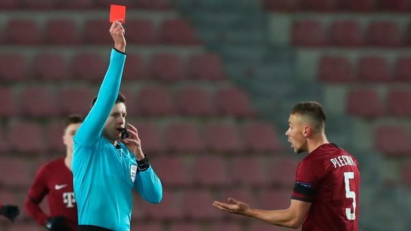 Daniel Siebert uděluje červenou kartu Dominiku Plechatému ze Sparty