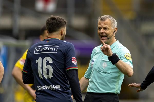 Björn Kuipers debatuje s hráčem