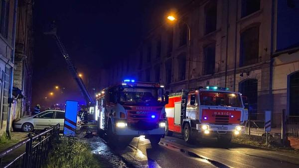 Požár bytového domu v Benešově nad Ploučnicí