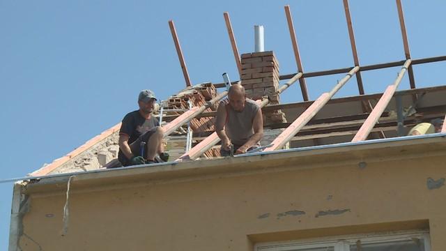 Poškozené domy po tornádu
